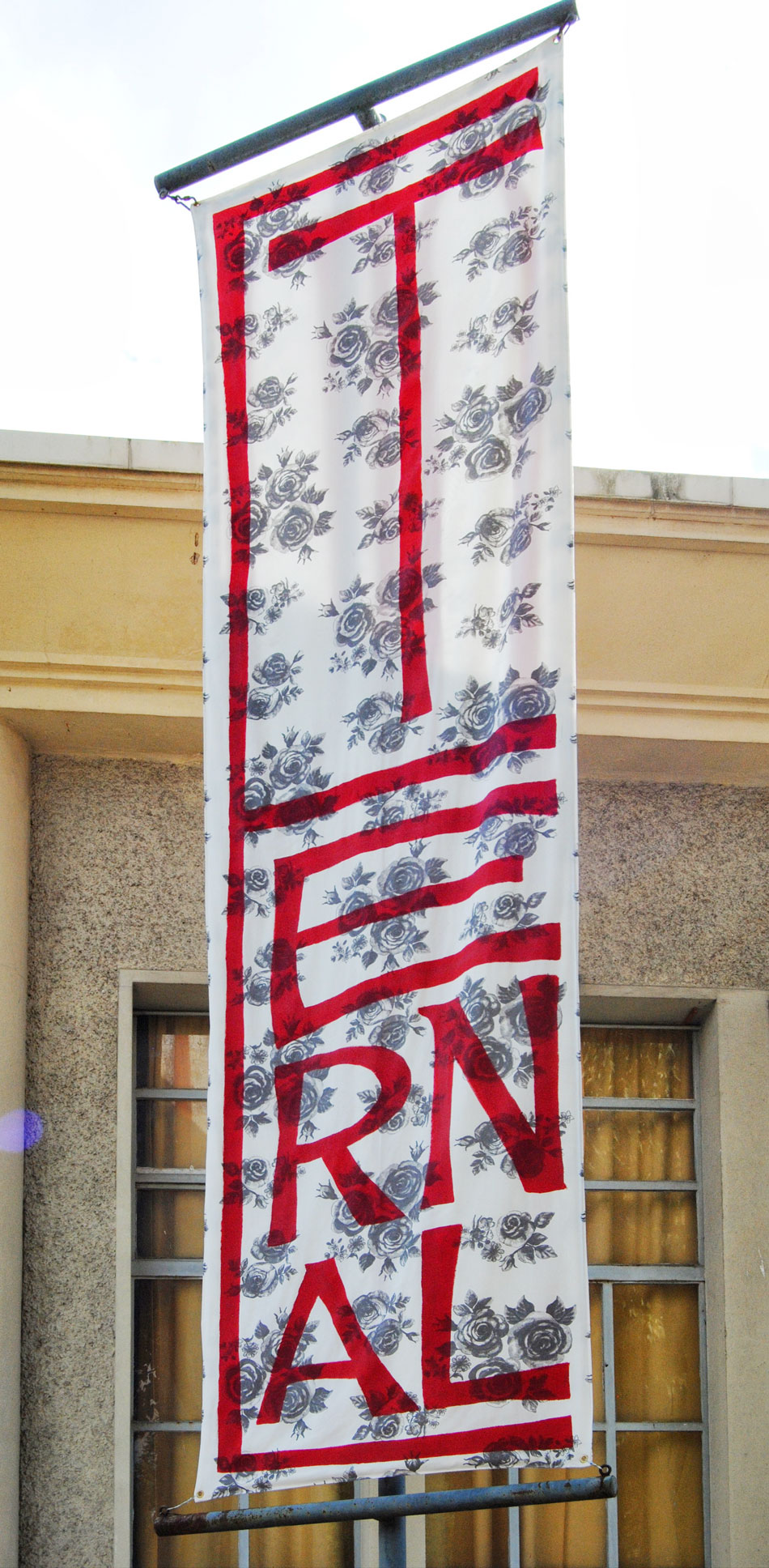 Oriflamme pour Eternal Tour conçu en collaboration avec Donatella Bernardi pour l'exposition «Eternal Viet Nam» organisée par Emma Perrochon et Frédéric Sanchez à La Grande Orangerie, Dijon.