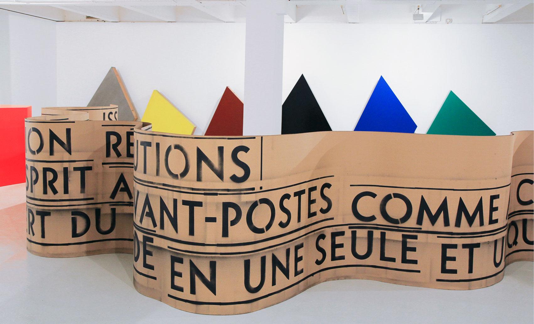 Œuvre réalisée en collaboration avec Delphine Coindet, pochoirs métalliques sur carton. Avec l'aide des étudiant·e·s du master «Métiers et arts de l'exposition» de l'Université de Rennes. (Vue de l'exposition «Périmètre étendu»).