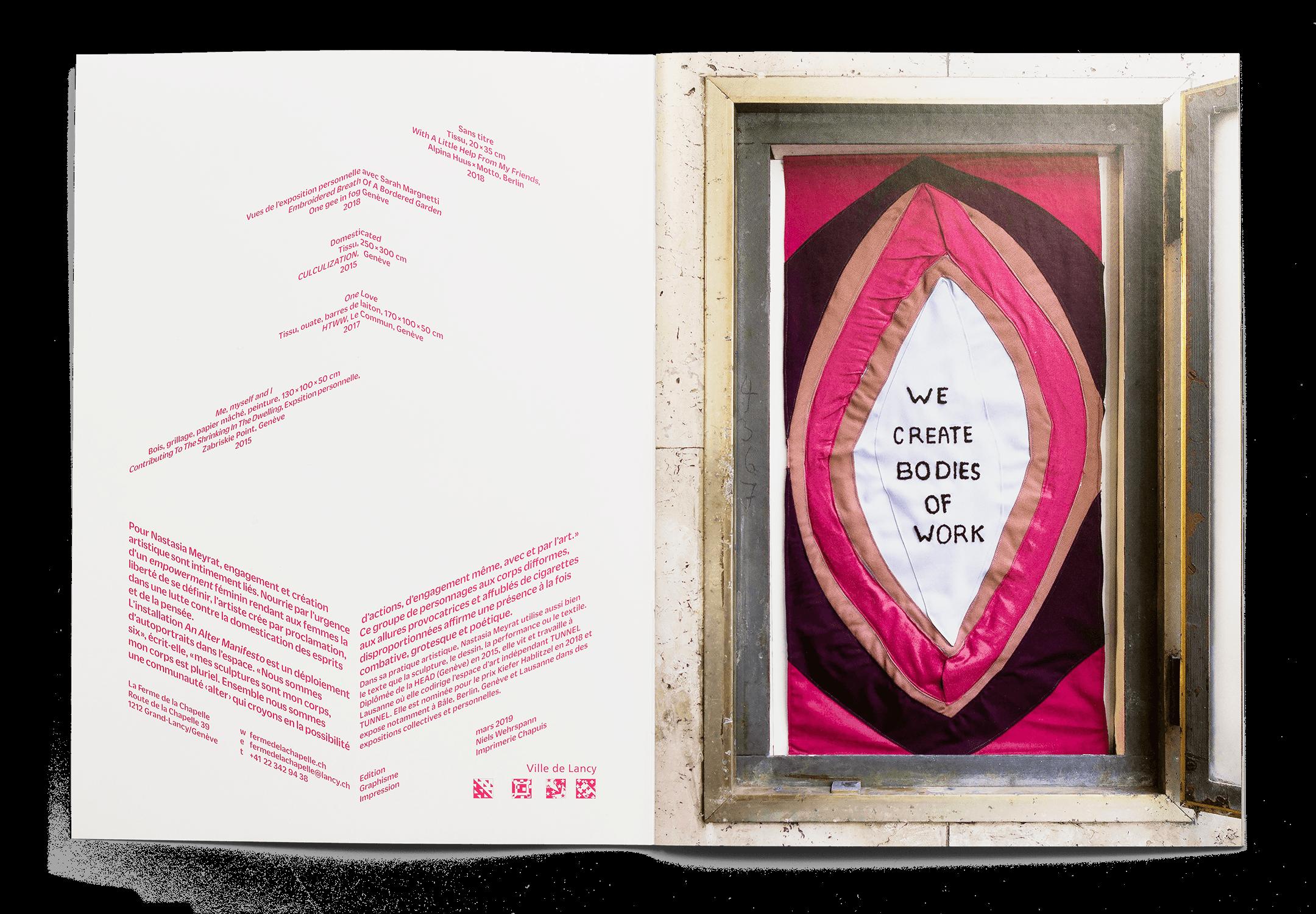 Double page de la brochure pour l'exposition Expanding Bodies avec une œuvre de Nastasia Meyrat