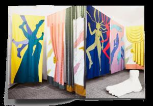 Double page de la brochure pour l'exposition Expanding Bodies avec des photos de tissus brodés de Nastasia Meyrat et Sarah Margnetti