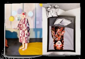 Double page de la brochure pour l'exposition Expanding Bodies avec des photos d'installations de Nastasia Meyrat et Xénia Laffely