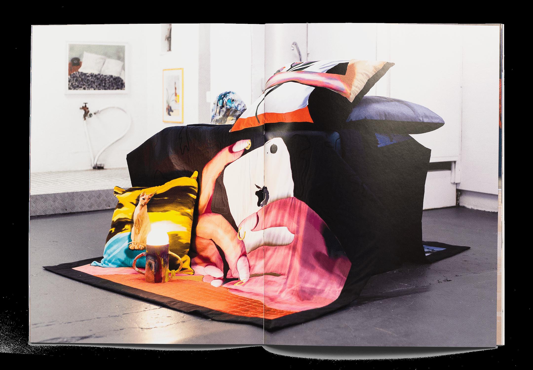 Double page de la brochure pour l'exposition Expanding Bodies avec une photo d'installation de Xénia Laffely