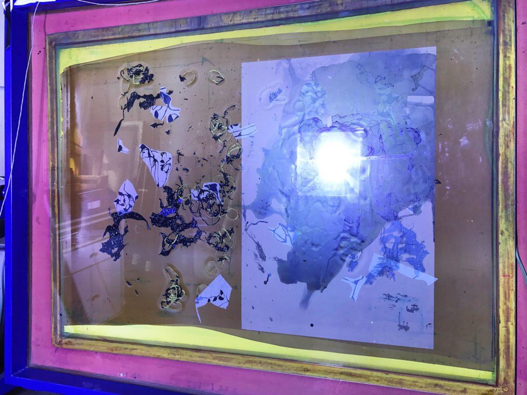 Photo de l'insolation d'un cadre sérigraphique de l'affiche de l'exposition de Abigail Janjic et Simon Rimaz à la Ferme de la Chapelle