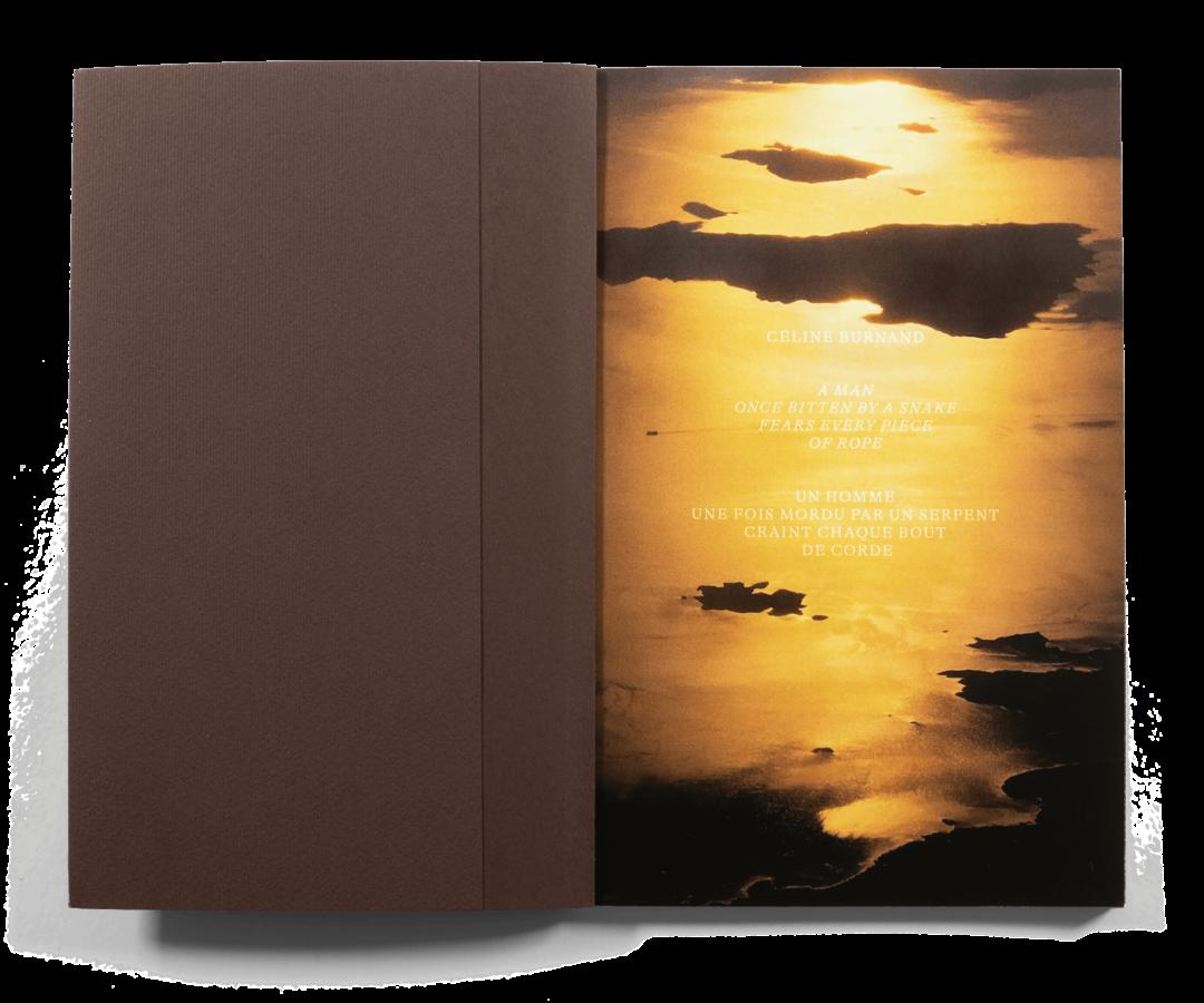 "Double page du livre de photographies ""A Man Once Bitten By A Snake Fears Every Piece Of Rope"" de Céline Burnand"